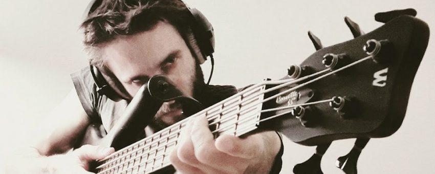 Le compositeur H-Pi avec une basse électrique dans les mains